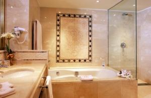 baño marmol hotel bahia real