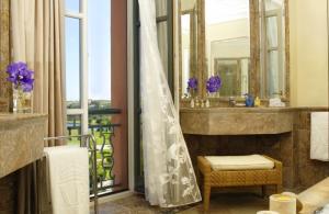 hotel padierna  baño aplacado marmol olivillo 1
