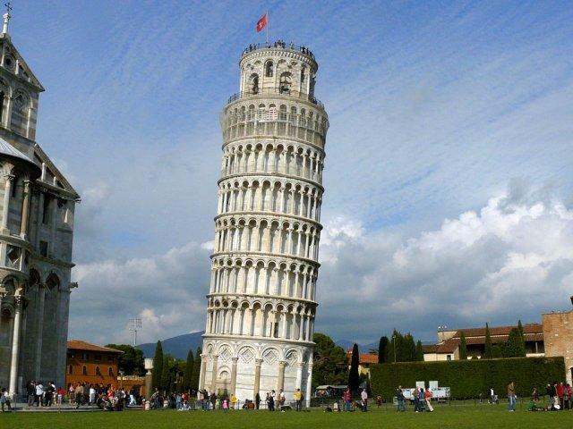 la torre de pisa en mármol