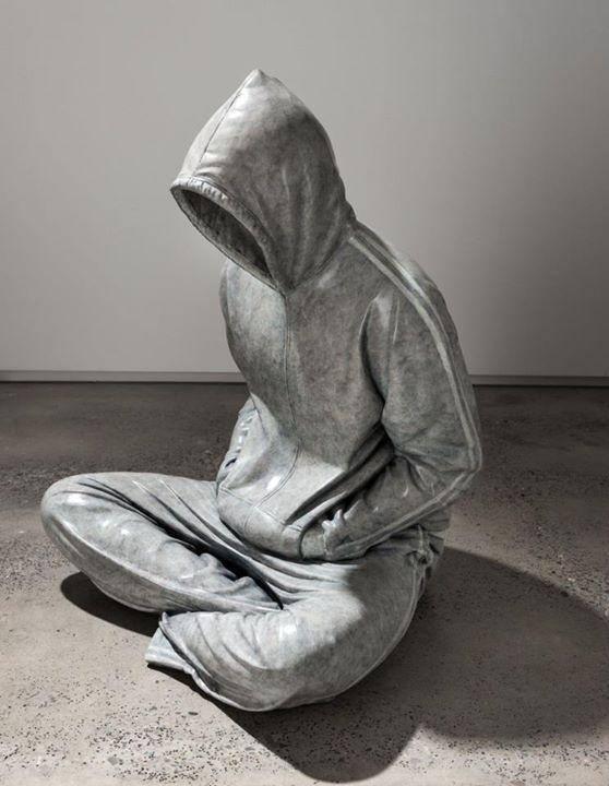 hombre en chandal de mármol